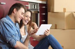 Couple moving home and buying online Fotolia 124850286