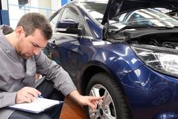 Gutachter überprüft Fahrzeug in Autowerkstatt